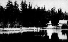 Понтонный мост на монастырский остров и часовня. Фото до 1917 г.