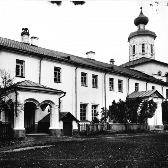 Трапезная  с ц. Богоявления и Сошествия Святаго Духа. Фото до 1917 г.