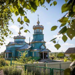 В День города Демянска, митрополит Лев совершил Божественную литургию в храме Воздвижения Креста Господня